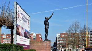 De olympische groet, monument baron van Tuyll van Serooskerken