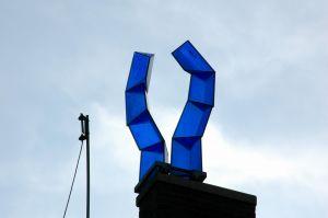 Blauwe glazen objecten op het dak