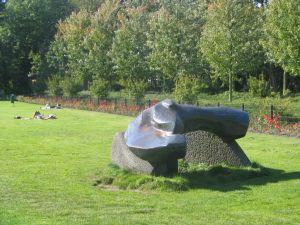 Beeld van brons en steen