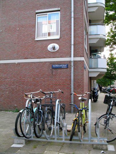 De zwaaiende fietser